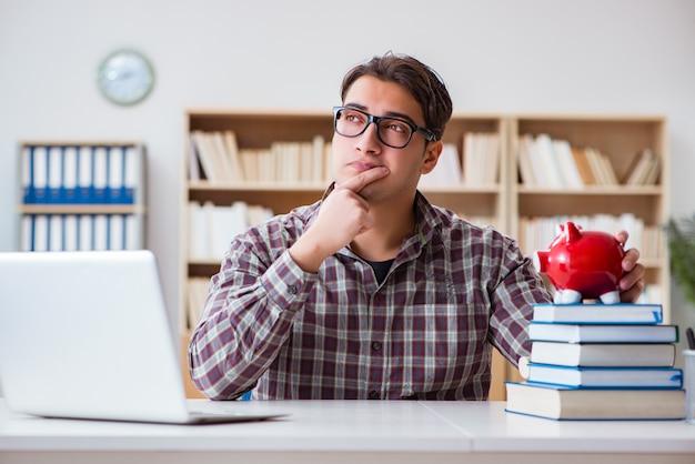 Estudiante rompiendo alcancía para pagar las tasas de matrícula Foto Premium
