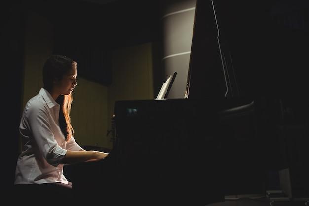 Estudiante tocando el piano Foto gratis