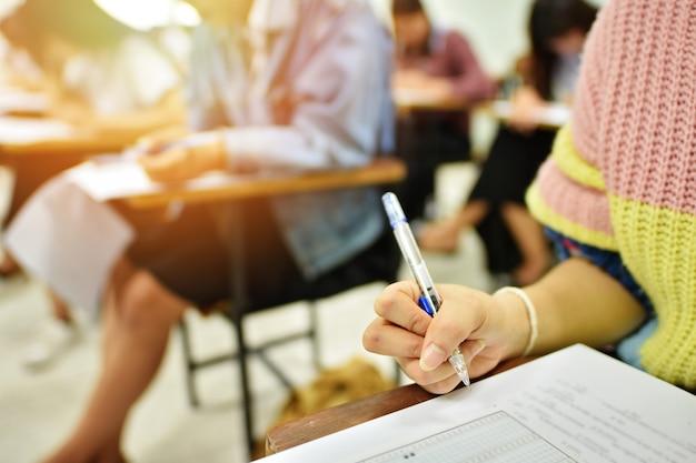 Estudiante tomando examen escrito Foto Premium