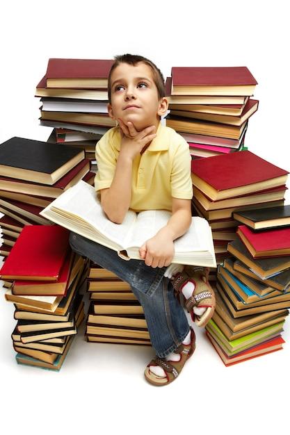 Estudiante tratando de encontrar nuevas ideas para sus deberes Foto gratis