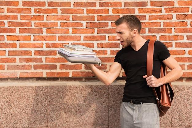 Estudiante universitario confundido sobre su cantidad de notas Foto gratis