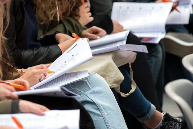 Estudiantes escribiendo una prueba o examen Foto Premium