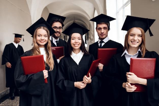 Los estudiantes están parados en el pasillo de la universidad. Foto Premium