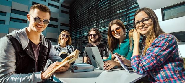 Estudiantes felices antes del edificio moderno Foto Premium
