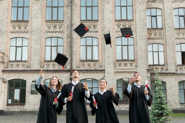 Estudiantes jóvenes celebrando su graduación Foto gratis