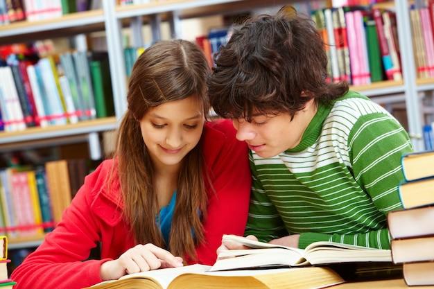 Estudiantes leyendo la misma página | Foto Gratis