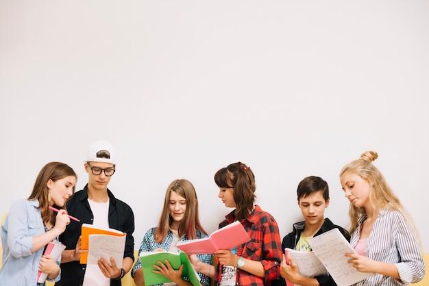 Estudiantes posando y coworking en blanco Foto gratis