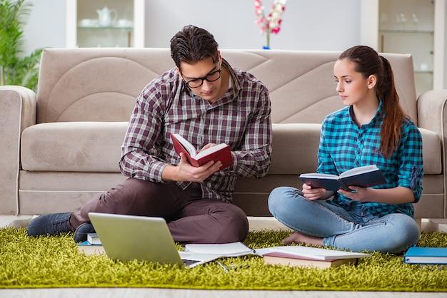 Estudiantes preparándose para exámenes universitarios Foto Premium