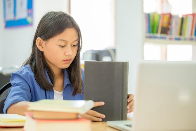Estudiantes que se enfocan en la educación en la biblioteca. Foto gratis