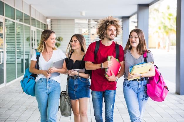 Estudiantes sonrientes caminando después de las lecciones Foto Premium