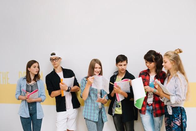 Estudiantes trabajando en equipo Foto gratis