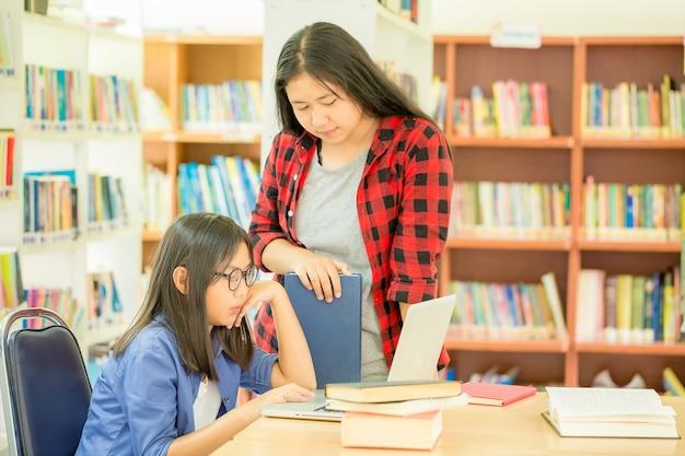Estudiantes en el trabajo en una biblioteca Foto gratis
