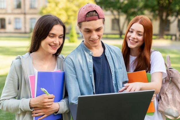 Estudiantes universitarios discutiendo proyecto juntos Foto gratis