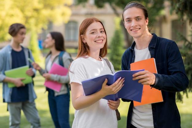 Estudiantes universitarios positivos sonriendo Foto gratis