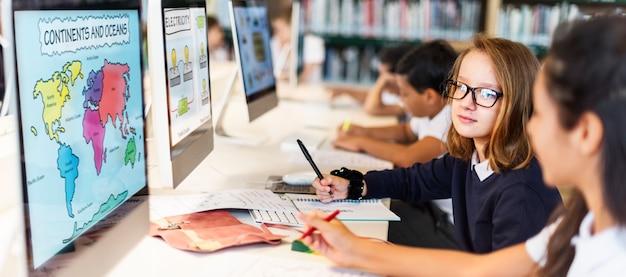 Estudiar estudiar aprender aprendiendo el concepto de internet en el aula Foto Premium