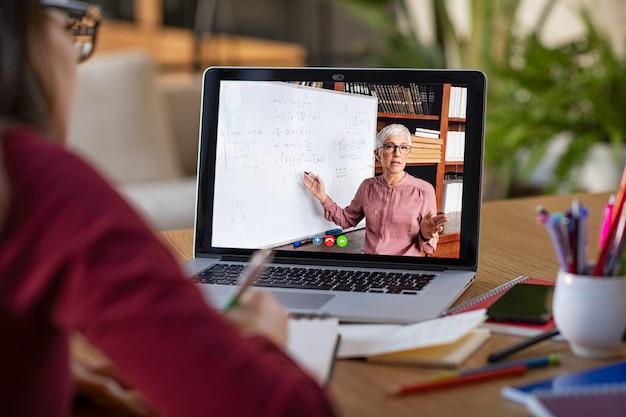 Estudiar con video lección en línea en casa Foto Premium