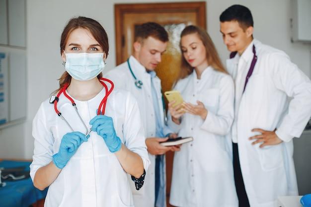 Estudio de hombres y mujeres en batas de hospital Foto gratis