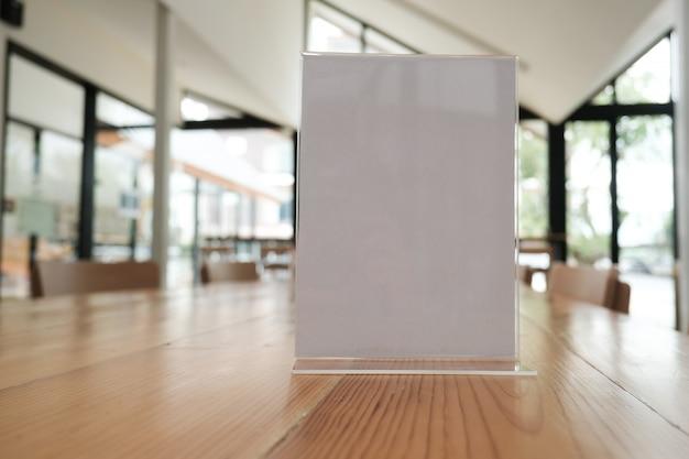 Etiqueta blanca en café. expositor para tarjeta de carpa acrílica en cafetería. Foto Premium