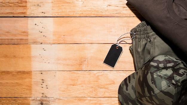 Etiqueta de precio en la ropa masculina sobre el escritorio de madera. Foto gratis