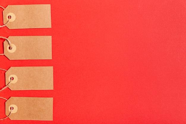 Etiquetas de precio en blanco sobre fondo rojo con espacio de copia Foto gratis