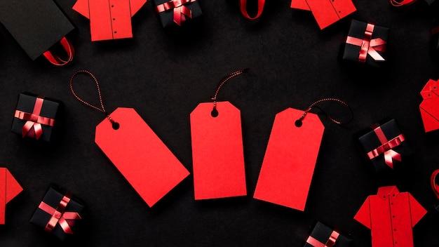 Etiquetas de precio rojas negras y cajas de regalo Foto gratis