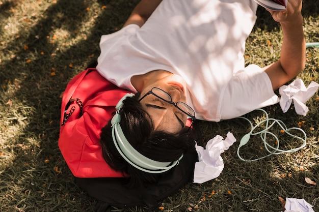 Étnico adolescente tendido en el suelo Foto gratis