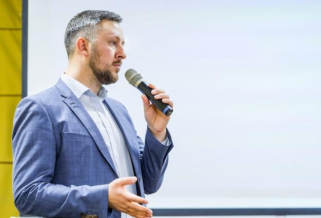 Evento empresarial y empresarial. ponente dando una charla sobre conferencia de negocios corporativos Foto Premium