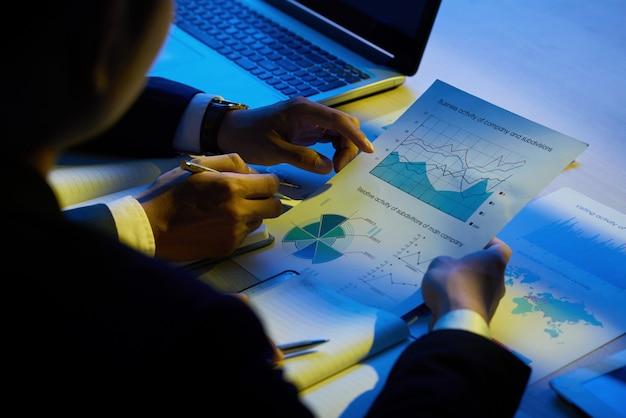 Examen de documentos comerciales Foto gratis