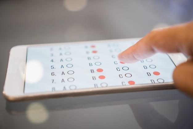 Examen de e-learning o aprendizaje en línea para estudiantes en teléfonos inteligentes Foto Premium