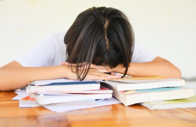 Examen estrés educación joven hembra universidad en clase tomando notas sentado aprendizaje estresado estudiante Foto Premium