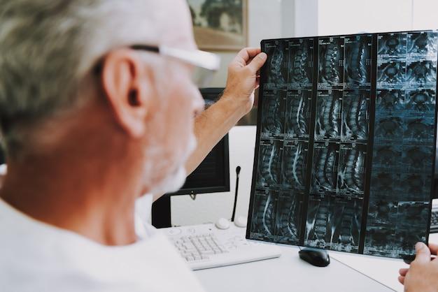 Examen de tomografía computarizada profesional de radiología para ancianos. Foto Premium