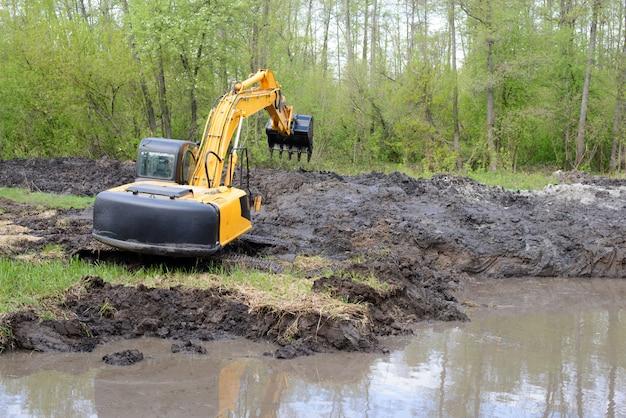 Excavadora destrozando un río, su vegetación y su fauna