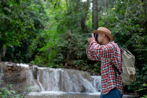 Los excursionistas hombres se toman fotos de sí mismos. Foto gratis