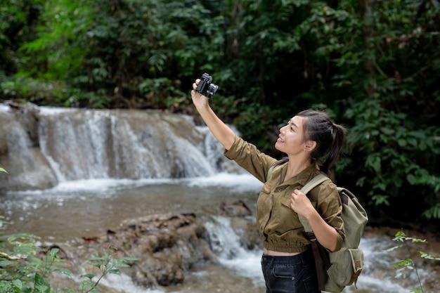 Las excursionistas se toman fotos Foto gratis