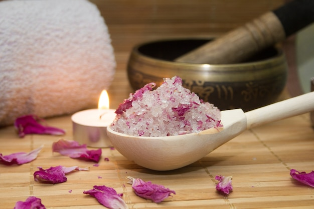 Exfoliante corporal casero de sal marina y pétalos de rosa y ...
