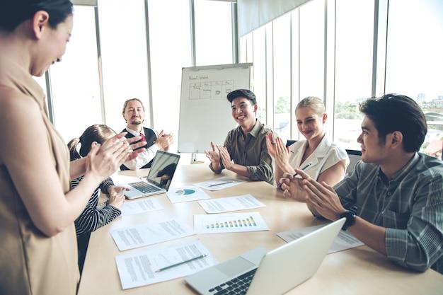 Éxito de los empresarios del grupo con aplausos en la sala de reuniones. Foto Premium