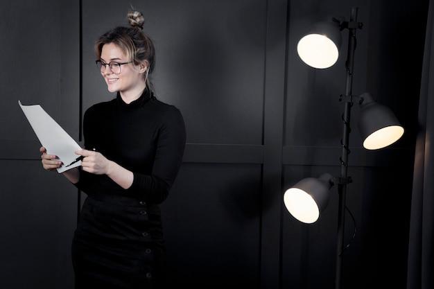 Exitosa mujer de negocios con papeles Foto gratis