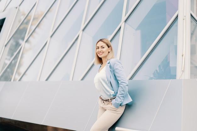 Exitosa mujer de negocios en traje azul Foto gratis