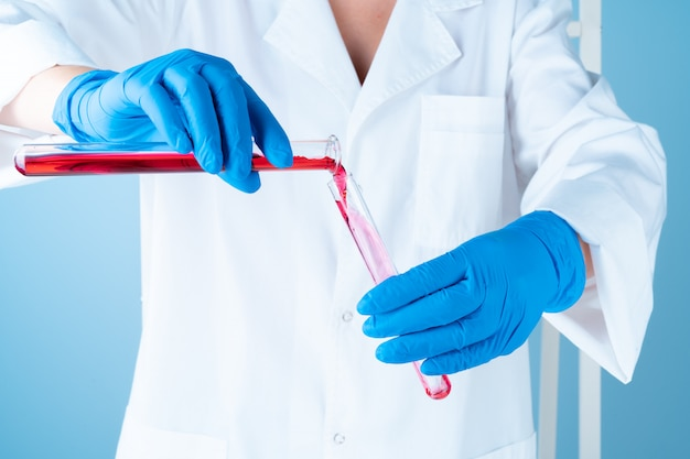 Experimentos científicos en un laboratorio de química. líquidos de color y tubo de ensayo Foto Premium