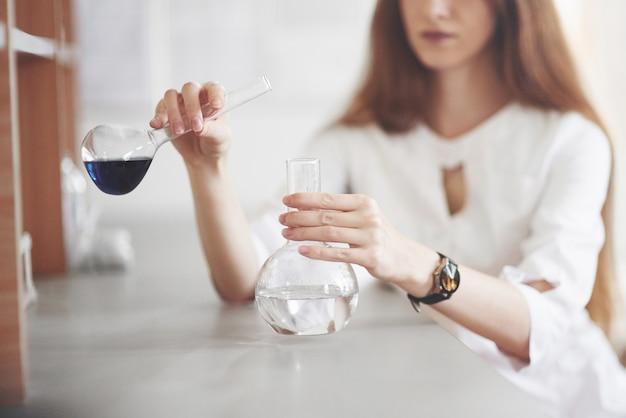 Experimentos en el laboratorio químico. se llevó a cabo un experimento en un laboratorio en matraces transparentes. Foto gratis
