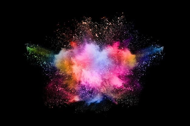 Explosión de polvo de color abstracto sobre un fondo negro Foto Premium