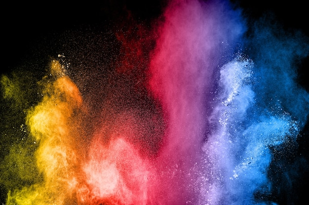 Explosión de polvo multicolor sobre fondo negro. Foto Premium
