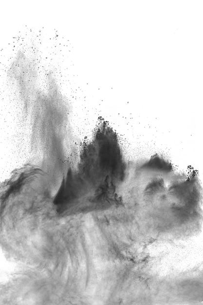 Explosión de polvo negro sobre fondo blanco. salpicaduras de partículas de polvo negro. Foto Premium
