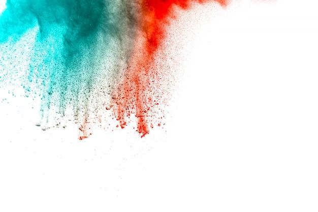 Explosión roja abstracta del polvo del color verde en el fondo blanco. holi pintado. Foto Premium