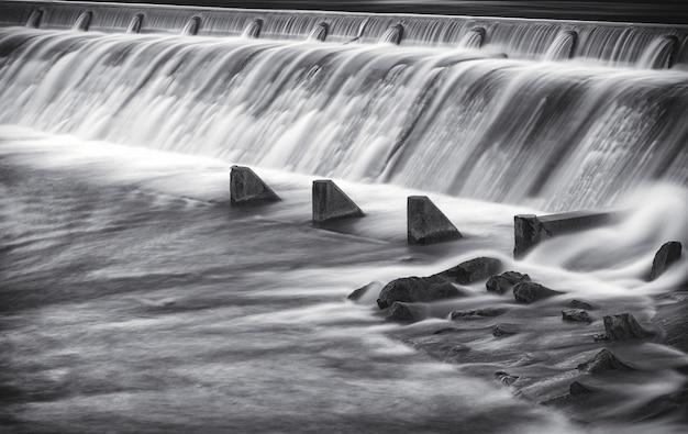Exposición larga hermosa foto de la presa del río lech en reutte Foto gratis