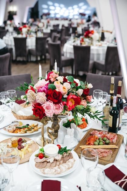 Exquisita decoración de un restaurante de bodas. Foto gratis