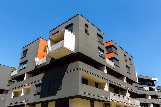 Exterior de un moderno edificio de apartamentos en un cielo azul Foto Premium
