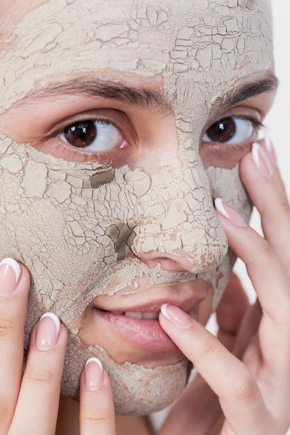 Extreme close-up mujer con mascarilla Foto gratis