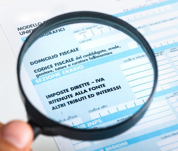 F24 para la declaración de impuestos en italia. Foto Premium