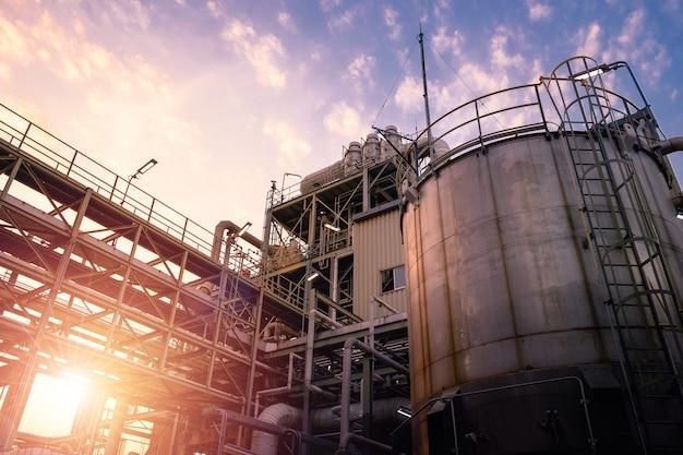 Fabricación de planta industrial química con tanques de almacenamiento. Foto Premium